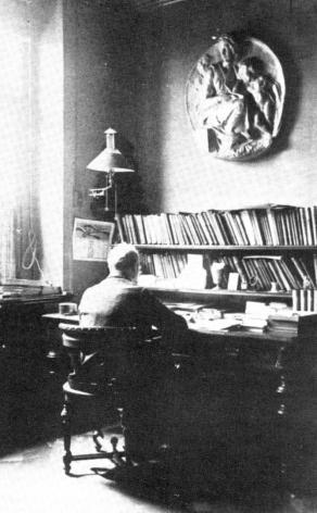 Husserl en cuarto de trabajo.png