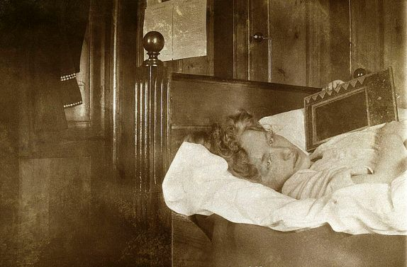 Edith_Södergran_in_her_sickbed,_Arosa.jpg