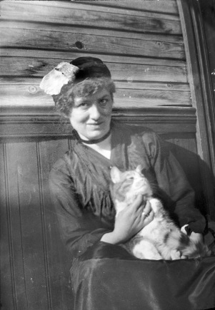 Edith_Södergran_with_a_bird_hat_and_Totti..jpg