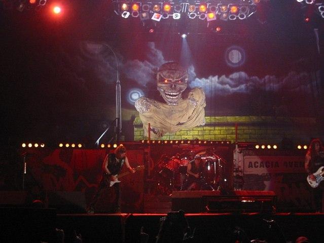 Iron Maiden y su mascota Eddie.jpg
